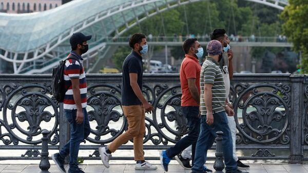 Туристы в масках гуляют по центру столицы Грузии - Sputnik Грузия