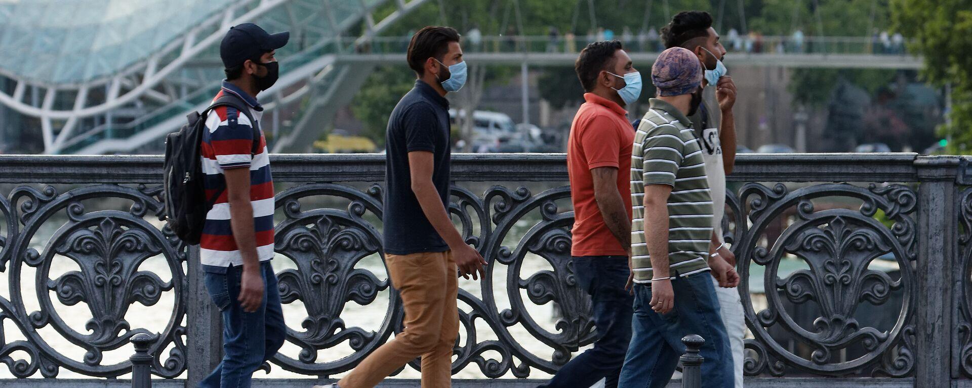 Туристы в масках гуляют по центру столицы Грузии - Sputnik Грузия, 1920, 11.06.2021