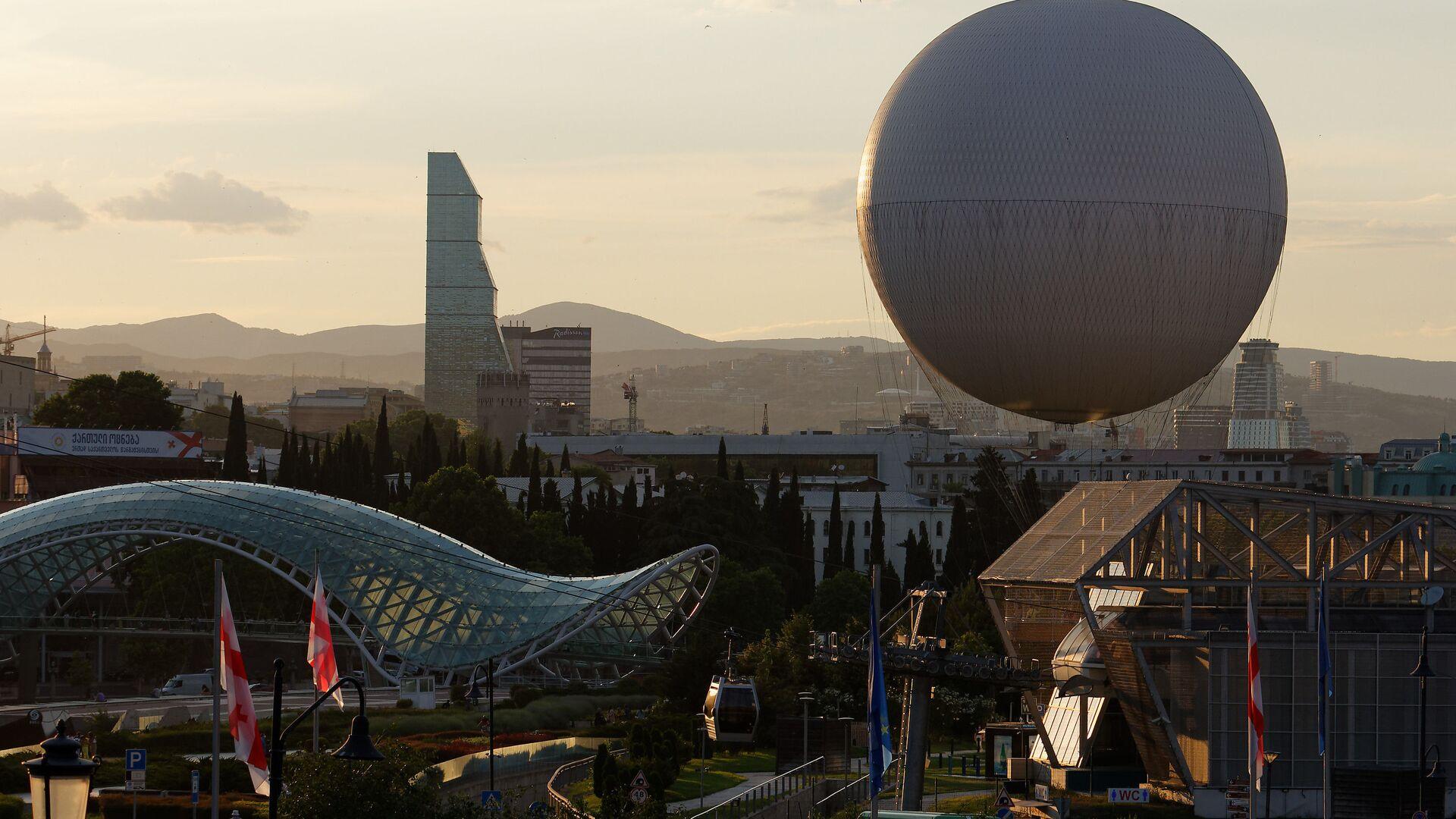 Вид на город Тбилиси - центр города, парк Рике и стеклянный мост Мира, отель Билтмор и воздушный шар - Sputnik Грузия, 1920, 14.10.2021