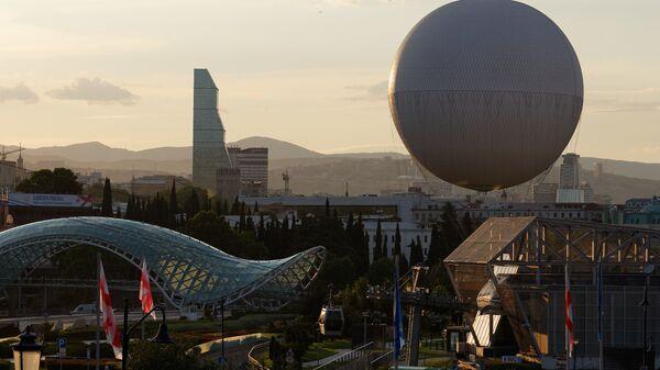 Вид на город Тбилиси - центр города, парк Рике и стеклянный мост Мира, отель Билтмор и воздушный шар - Sputnik Грузия