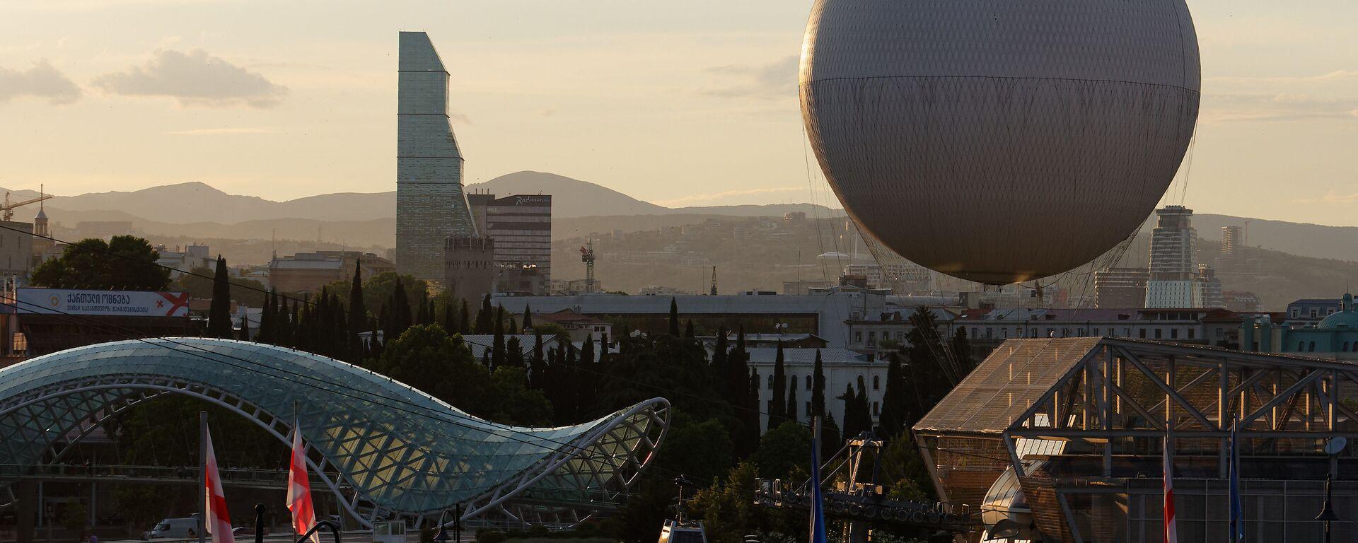 Вид на город Тбилиси - центр города, парк Рике и стеклянный мост Мира, отель Билтмор и воздушный шар - Sputnik Грузия, 1920, 01.09.2021