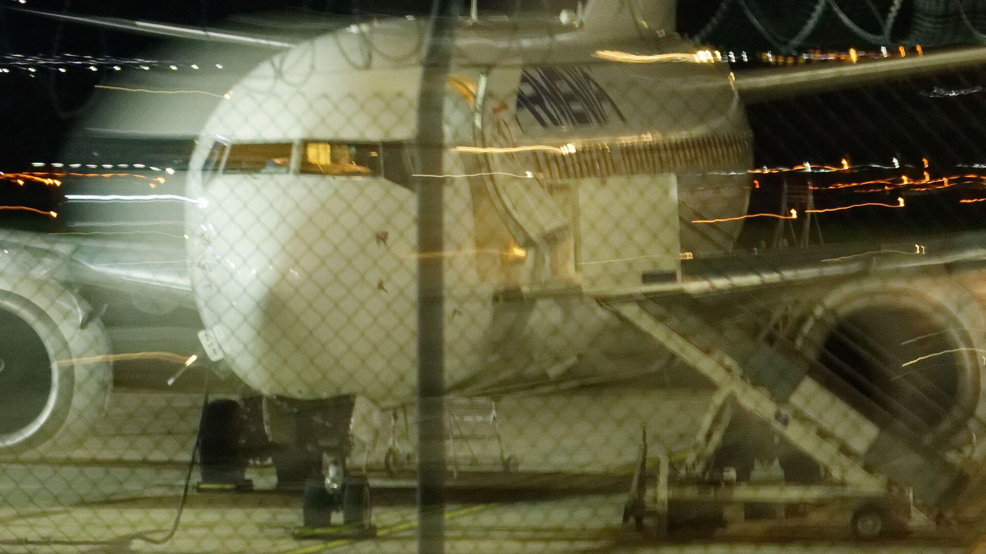 Пассажирский самолет в тбилисском аэропорту на стоянке - Sputnik Грузия, 1920, 05.09.2021