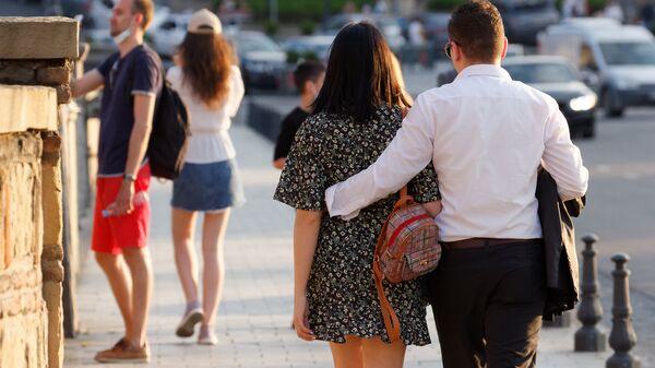 Уикенд по тбилисски. Пары прогуливаются вечером по городу - Sputnik Грузия
