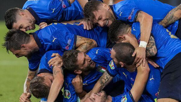 Игроки сборной Италии празднуют свой второй гол во время матча группы А чемпионата ЕВРО-2020 между сборными Италии и Швейцарии на олимпийском стадионе в Риме, Италия - Sputnik Грузия