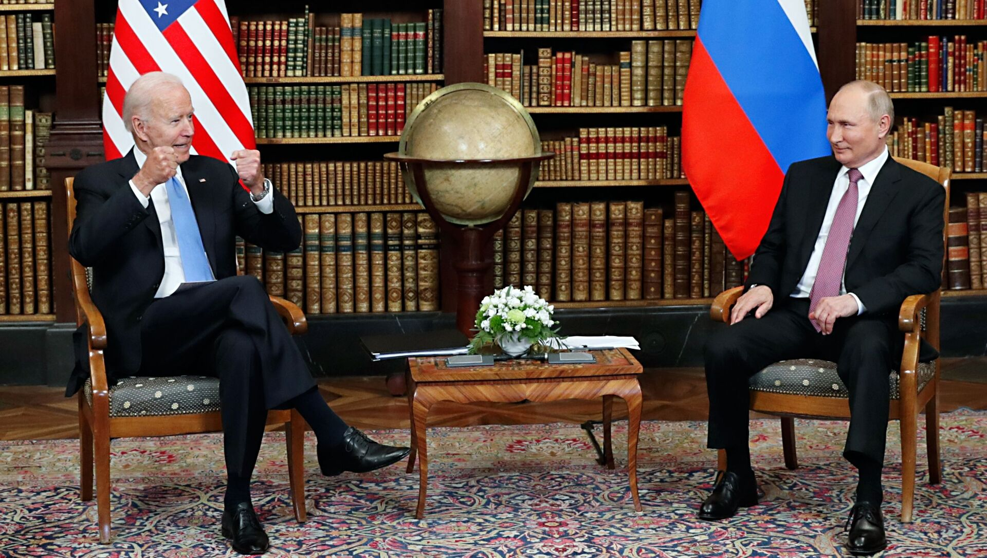 Президент РФ Владимир Путин и президент США Джо Байден  во время встречи в Женеве на вилле Ла Гранж - Sputnik Грузия, 1920, 28.07.2021