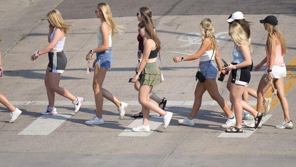 Девушки во время жары на улице в США  - Sputnik Грузия