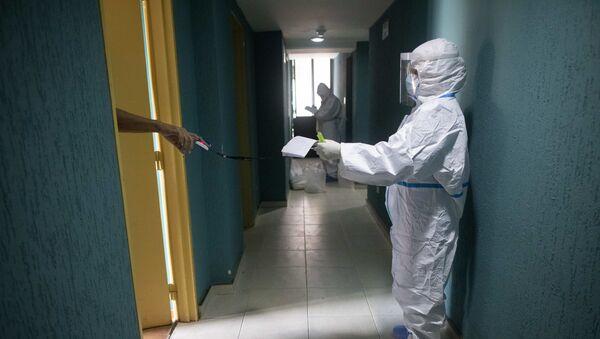 Эпидемия коронавируса - врачи в больнице проверяют зараженных COVID - Sputnik Грузия