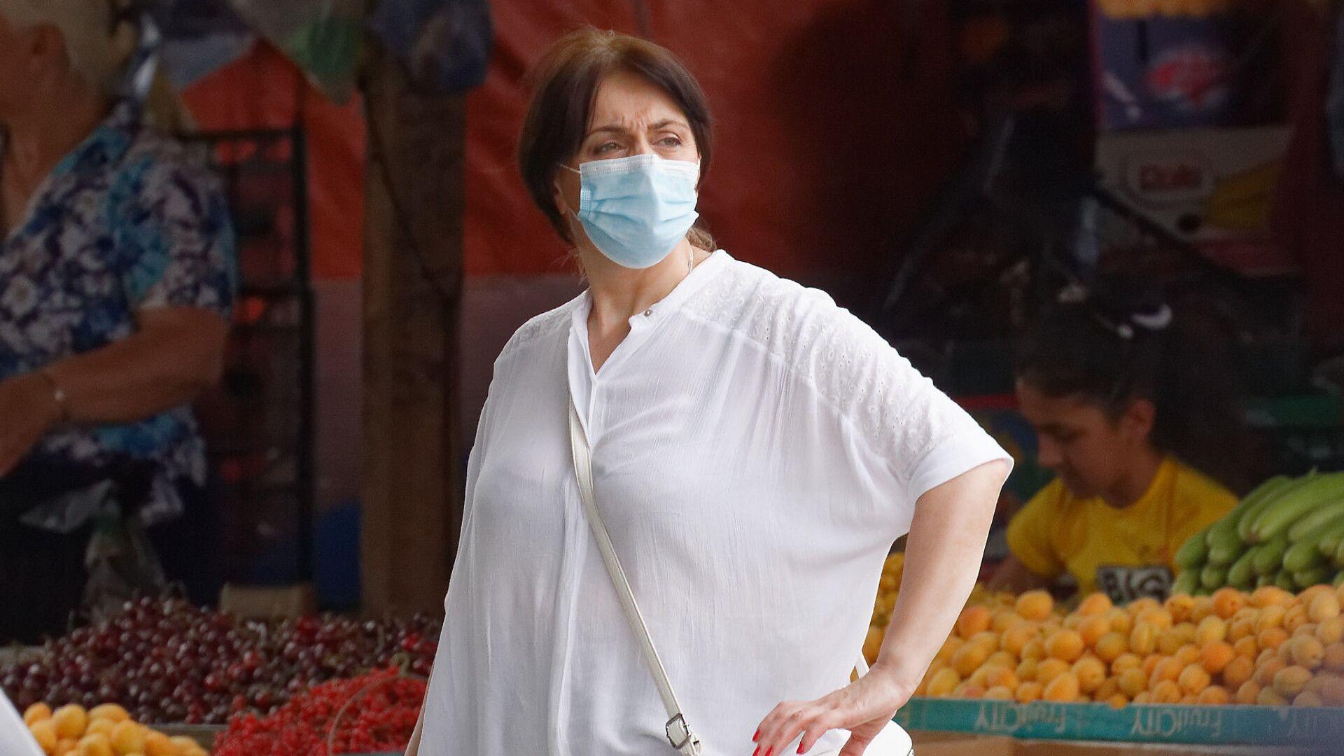 Эпидемия коронавируса - прохожие на улице в масках - Sputnik Грузия, 1920, 05.09.2021