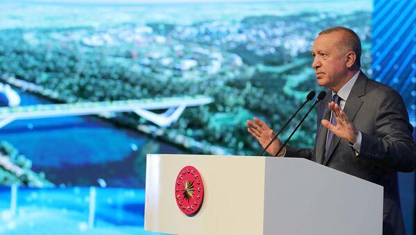 Президент Турции Реджеп Тайип Эрдоган выступает на церемонии закладки фундамента моста Сазлидере над запланированным маршрутом канала Стамбул (26 июня 2021). Турция - Sputnik Грузия
