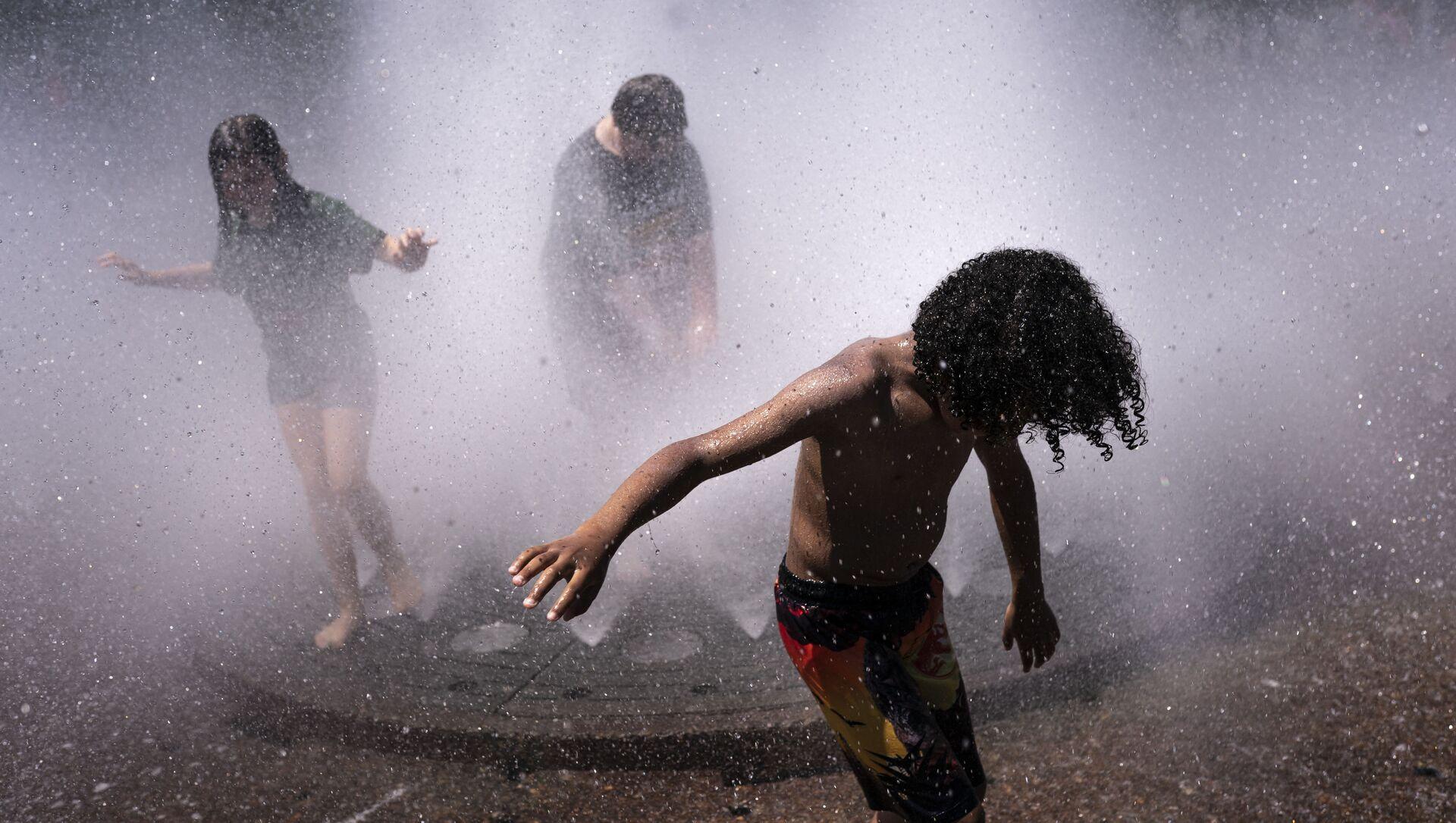 Дети в фонтане в летнюю жару - Sputnik Грузия, 1920, 21.07.2021