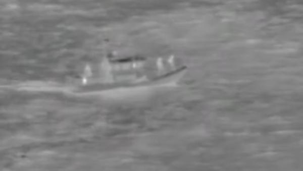 Кадры спасения пилотов упавшего в океан грузового Boeing 737 - Sputnik Грузия
