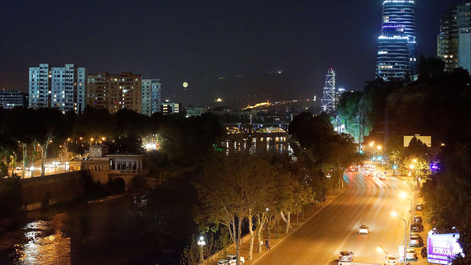 Вид на город Тбилиси ночью - городской пейзаж, вид на набережную и небоскребы - Sputnik Грузия, 1920, 03.10.2021