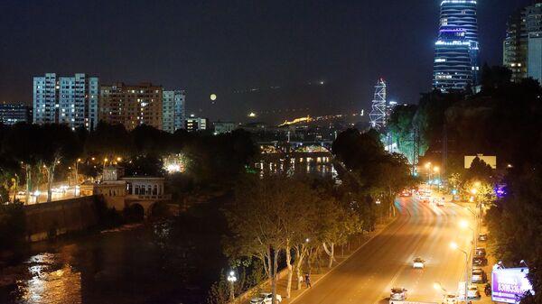 Вид на город Тбилиси ночью - городской пейзаж, вид на набережную и небоскребы - Sputnik Грузия