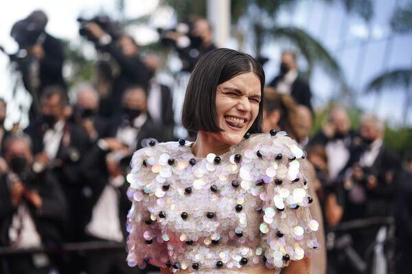 В прошлом году всем нам не хватало красных ковровых дорожек, особенно главной французской. Певица Соко блеснула наряде от Gucci - Sputnik Грузия