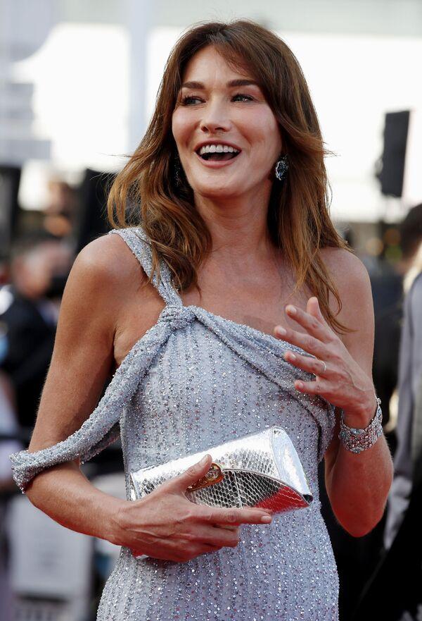 Бывшая первая леди Франции топ-модель Карла Бруни-Саркози, выбрала для мероприятия облегающее фигуру сине-серебристое платье, расшитое стразами, от Celine, подобрав к нему изящную сумочку-клатч - Sputnik Грузия