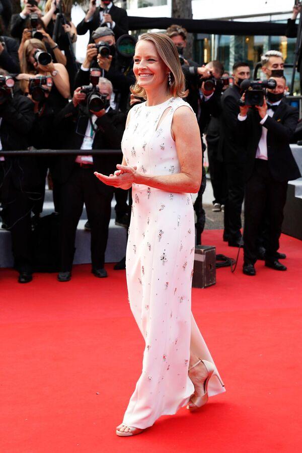Двукратная обладательница кинопремии Оскар, американская актриса Джоди Фостер была одета в белое платье от Givenchy с приталенной юбкой и разрезами на плечах, расшитое серебряными украшениями и имеющее еще один стильный разрез на спине. На кинофестивале актрису, которая прилетела в Канны вместе с женой Александрой Хадсон, ждет награда. Она станет лауреатом премии За вклад в киноискусство - Sputnik Грузия