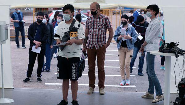 Вакцинация мигрантов от COVID-19 на территории ТЦ Садовод - Sputnik Грузия