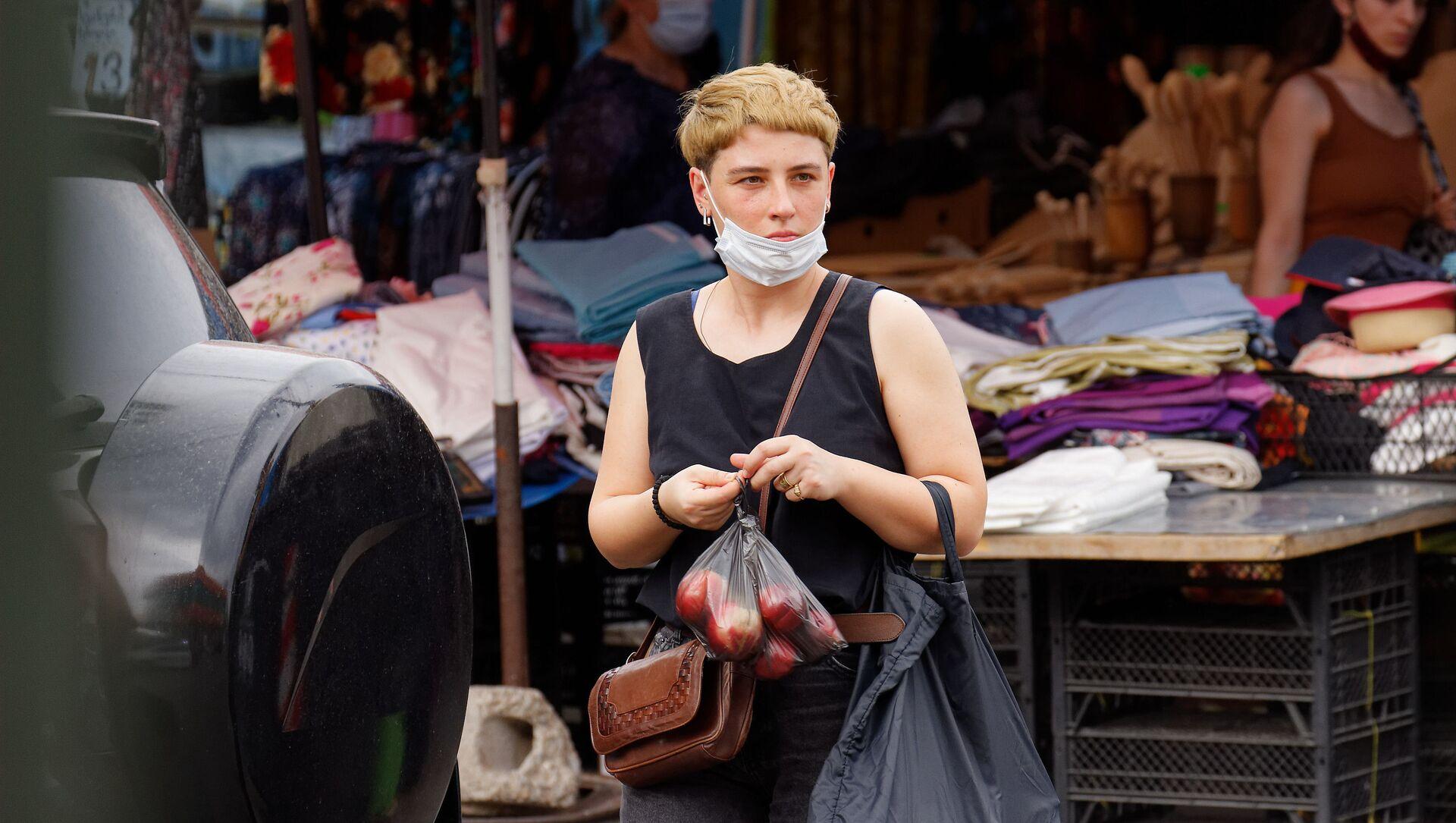 Эпидемия коронавируса - покупатели на рынке в масках - Sputnik Грузия, 1920, 10.07.2021