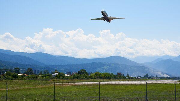 Пассажирский самолет взлетает с территории батумского аэропорта - Sputnik Грузия