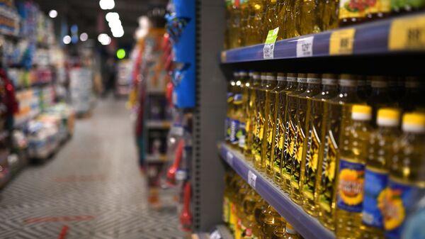 Подсолнечное масло и продукты питания в магазине - Sputnik Грузия