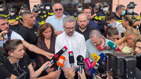 Ника Гварамия и журналисты делают заявление у офиса правящей партии Грузинская мечта 11 июля 2021 года - Sputnik Грузия