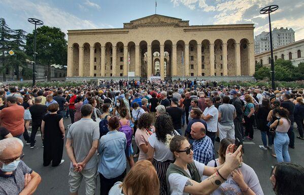 Тысячи людей вышли к зданию парламента Грузии на акцию протеста в воскресенье. Автомобильное движение по проспекту Руставели оказалось блокировано - Sputnik Грузия