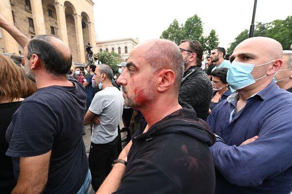 В знак протеста против насилия некоторые из участников акции обмазали себя красной краской - Sputnik Грузия