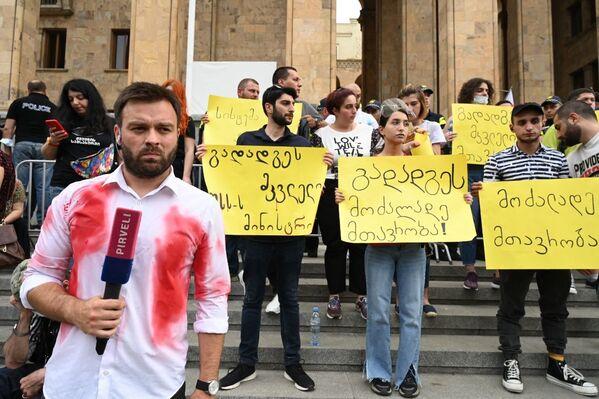 Некоторые из тележурналистов, которые вели прямой эфир с акции протеста, тоже вышли в одежде, обмазанной красной краской, символизирующей следы крови от насилия - Sputnik Грузия