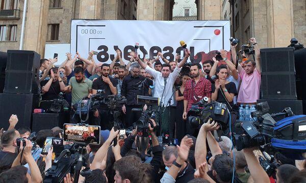 Участники акции выражали возмущение гибелью телеоператора Лексо Лашкарава. На фото - собравшиеся скандируют Лексо, Лексо! - Sputnik Грузия