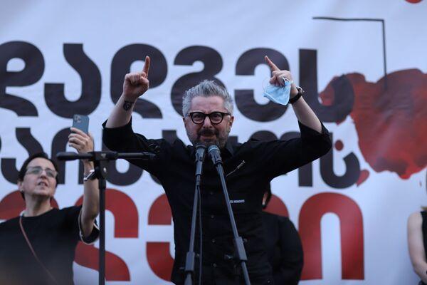 На акции протеста выступает генеральный директор оппозиционного телеканала Мтавари архи Ника Гварамия  - Sputnik Грузия