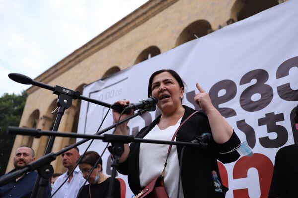 Однако напряжение нарастает. На фото - на митинге у парламента выступает генеральный директор телеканала ТВ Пирвели Инга Григолия  - Sputnik Грузия