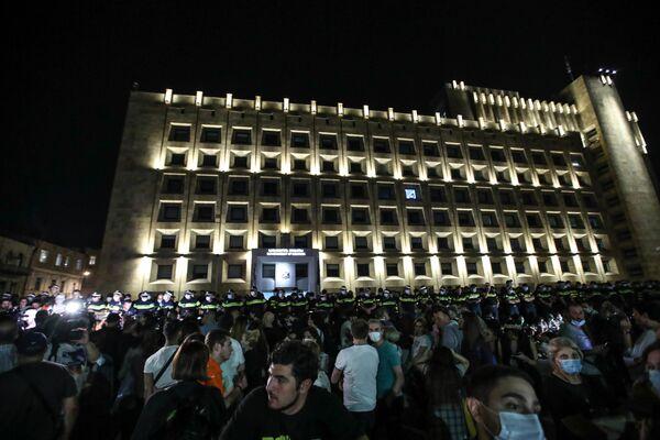 После акции у парламента собравшиеся устроили шествие к зданию канцелярии правительства, где были мобилизованы десятки сотрудников полиции  - Sputnik Грузия