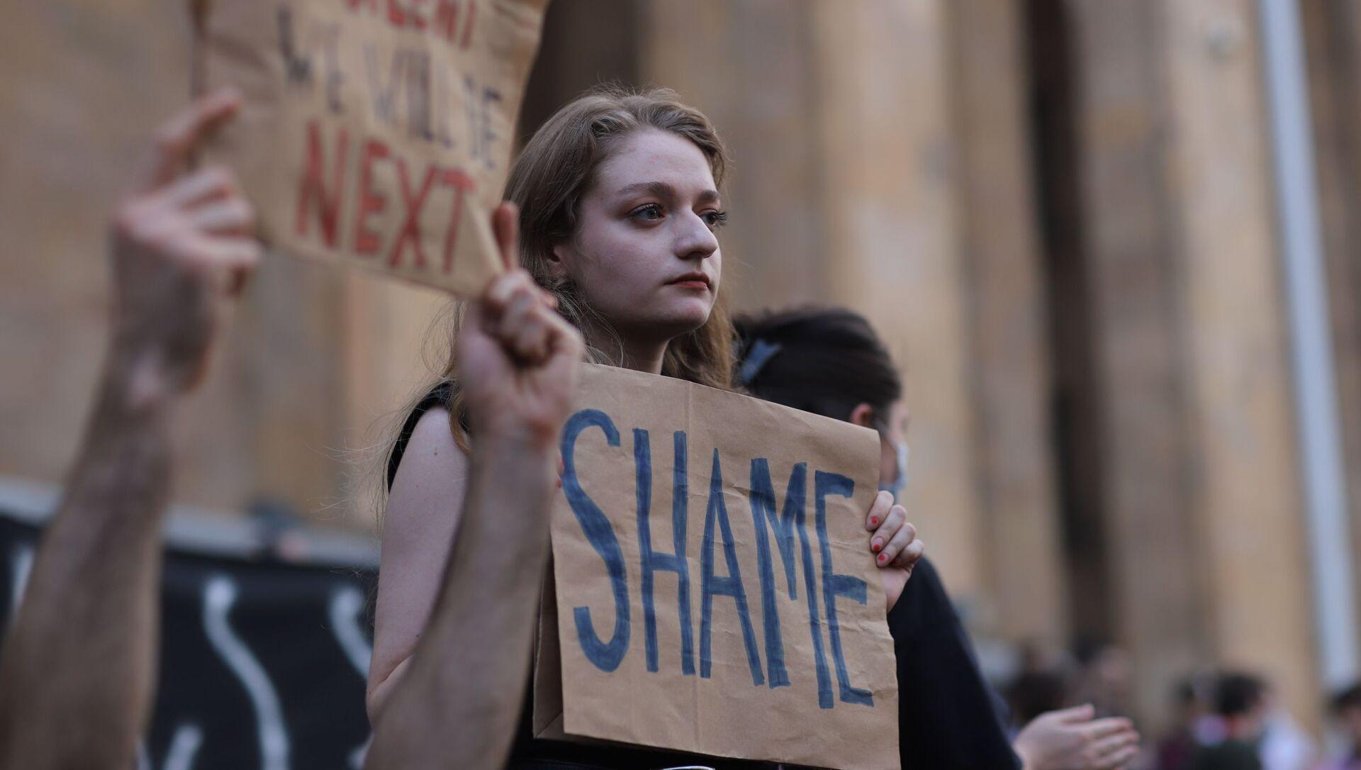 Протестующие держат в руках плакаты. Акция протеста у  здания парламента Грузии из-за смерти Лексо Лашкарава - Sputnik Грузия, 1920, 13.07.2021