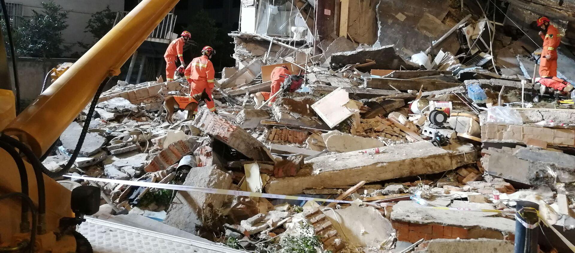 Спасатели работают на месте обрушения здания гостиницы в Сучжоу, провинция Цзянсу - Sputnik Грузия, 1920, 13.07.2021