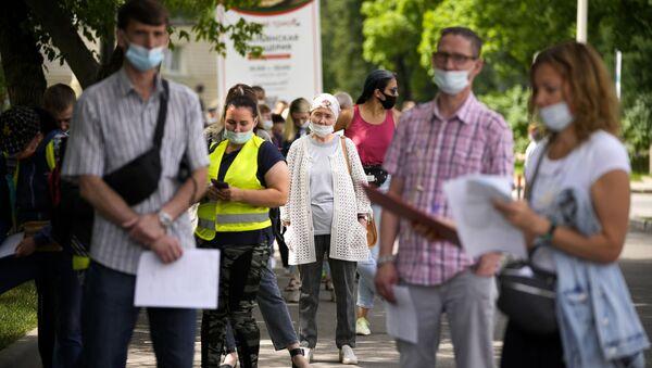 Пандемия коронавируса - жители Москвы в масках в очереди на вакцинацию - Sputnik Грузия