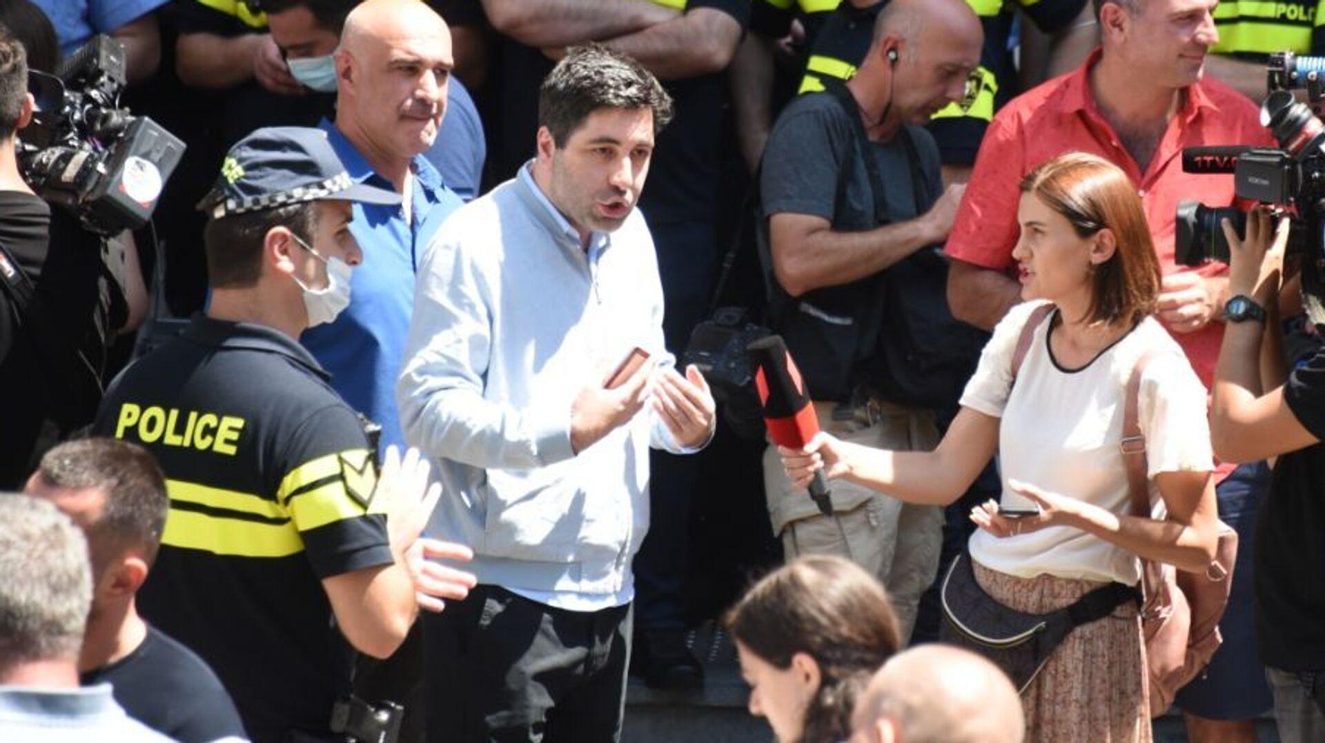 Парламент Грузии - журналисты и операторы телеканалов и полицейские у входа в здание 18 июля 2021 года - Sputnik Грузия, 1920, 02.09.2021
