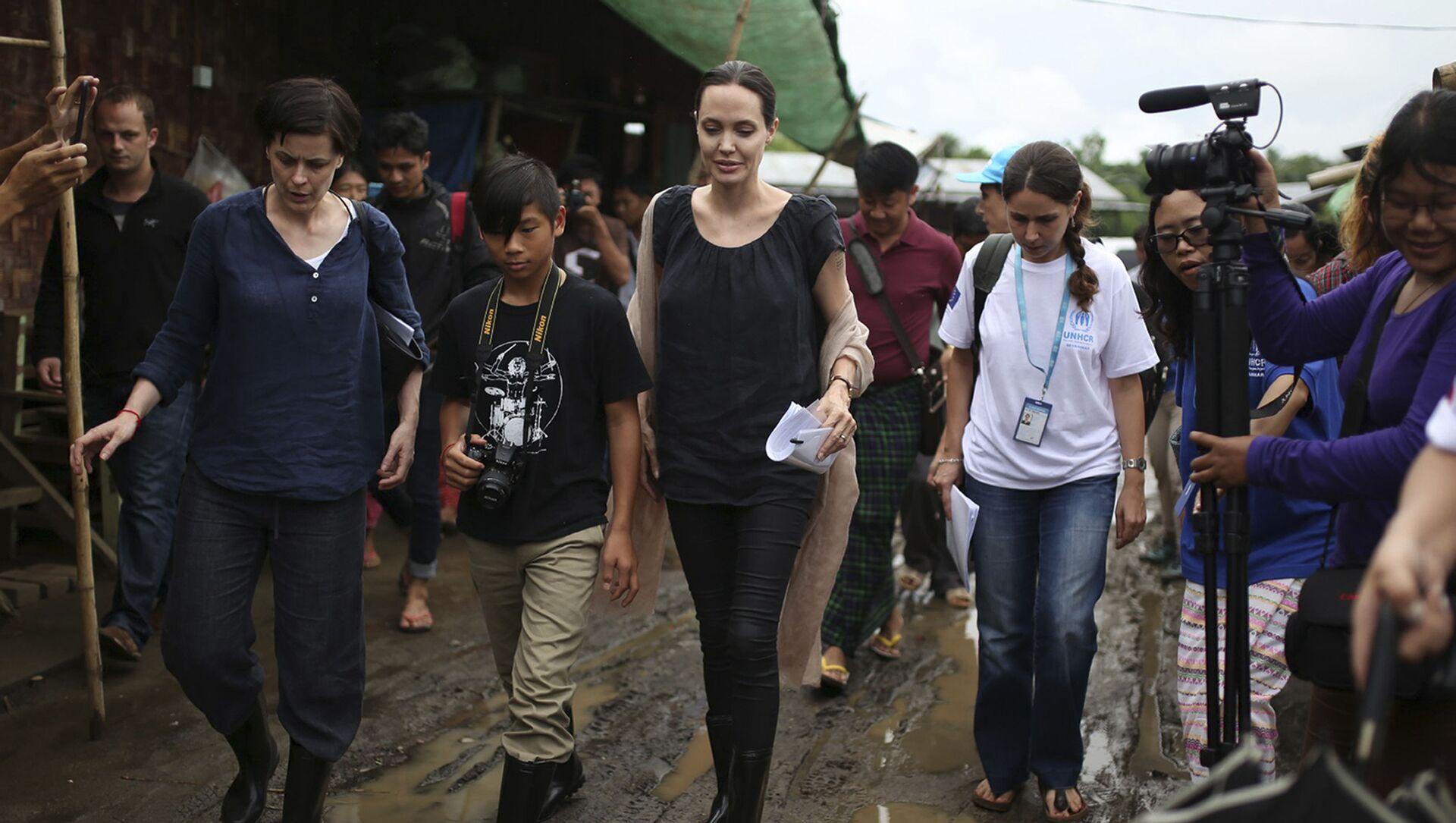 Анджелина Джоли посещает лагерь для беженцев вместе со своим сыном - Sputnik Грузия, 1920, 19.07.2021
