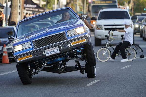 ლოურაიდერი სამთვლიანი მანქანით სანსეტ ბულვარზე, ლოს-ანჯელესი - Sputnik საქართველო