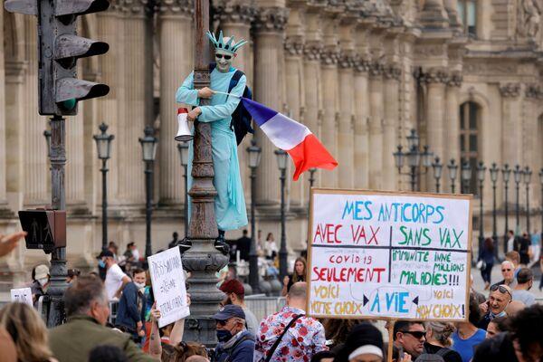 დემონსტრანტი თავისუფლების ქანდაკების კოსტიუმში აპროტესტებს საფრანგეთის პრეზიდენტ ემანუელ მაკრონის მიერ ახალი კორონავირუსული შეზღუდვების დაწესებას - Sputnik საქართველო