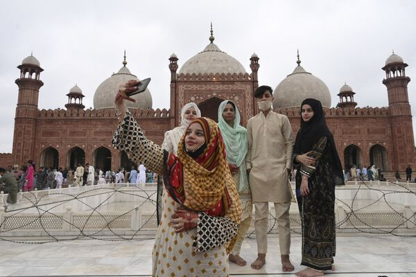 გოგონა მეგობრებთან ერთად იღებს სელფის ყურბან-ბაირამის დროს ბადშაჰის მეჩეთთან, პაკისტანი - Sputnik საქართველო