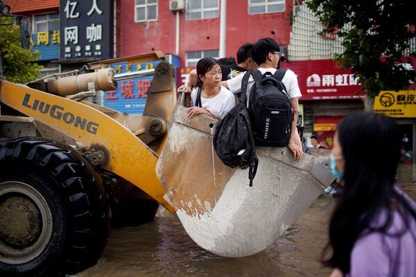 ადამიანები ტრაქტორით გადაადგილდებიან ძლიერი წვიმის შემდეგ, ჩინეთი - Sputnik საქართველო