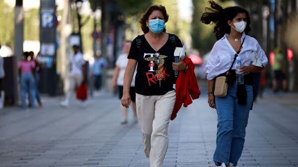 Эпидемия коронавируса - прохожие на улице в масках - Sputnik Грузия