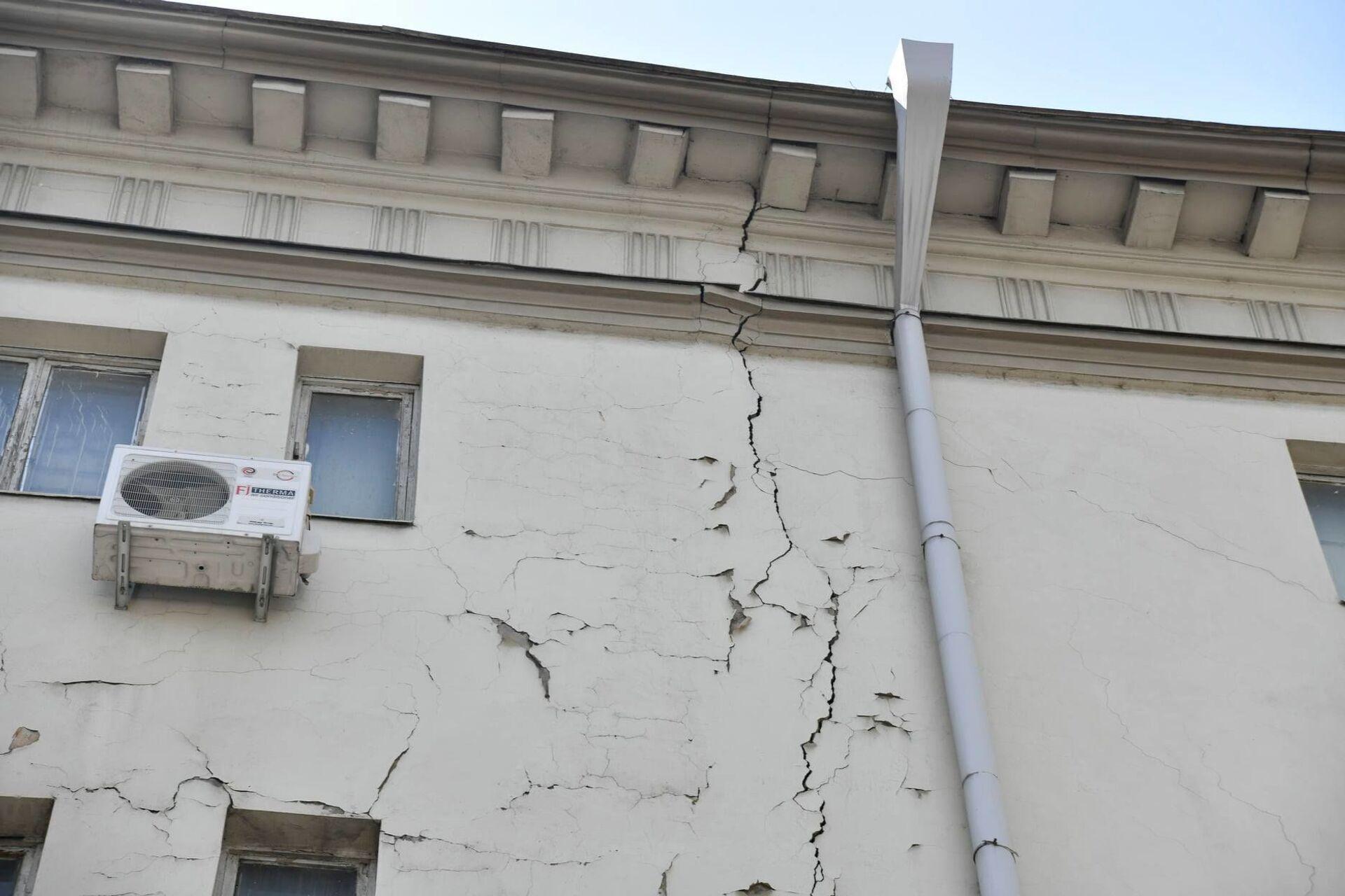 Трещины с внешней стороны у здания тоже серьезные - Sputnik Грузия, 1920, 24.08.2021
