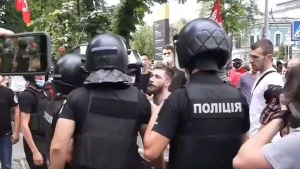 კიევში ლგბტქ+ საზოგადოების მოწინააღმდეგეები პოლიციას დაუპირისპირდნენ - ვიდეო - Sputnik საქართველო