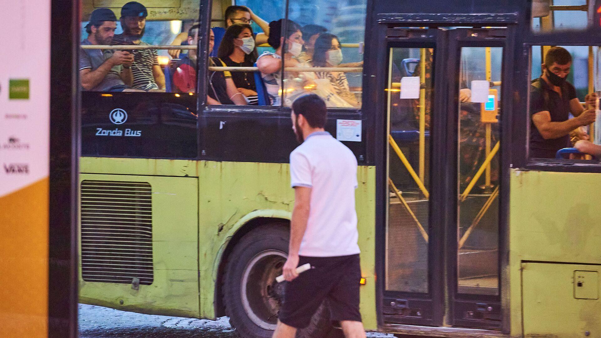 Эпидемия коронавируса - пассажиры в автобусе в масках - Sputnik Грузия, 1920, 13.09.2021