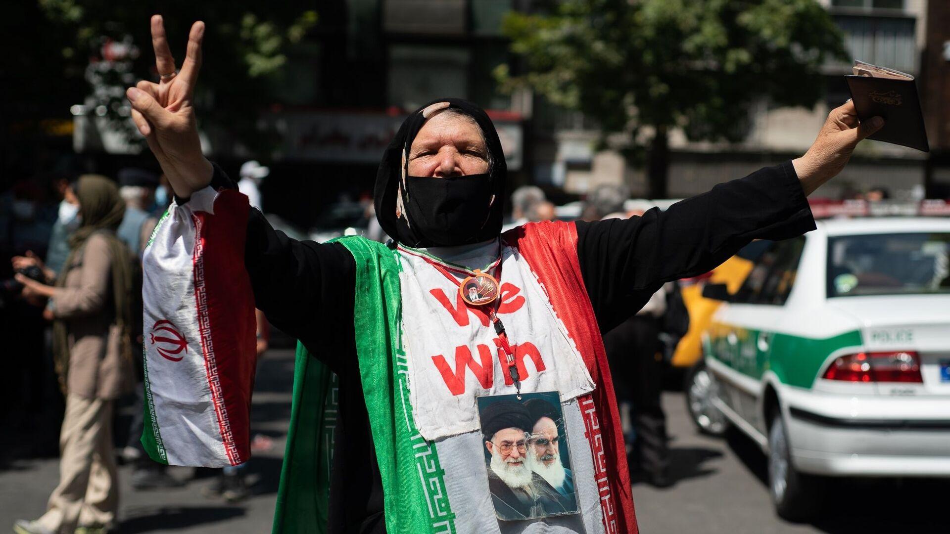 ირანელი ქალი მკერდზე ორი სულიერი ლიდერის - აიათოლა ალი ჰამანეისა და აიათოლა ჰომეინის პორტრეტებით   - Sputnik საქართველო, 1920, 05.10.2021