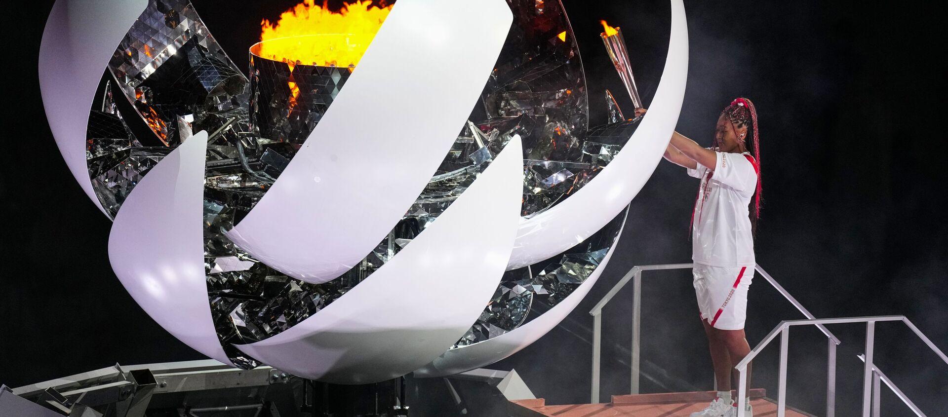 Теннисистка Наоми Осака зажигает олимпийский огонь на церемонии открытия XXXII летних Олимпийских игр в Токио - Sputnik Грузия, 1920, 03.08.2021