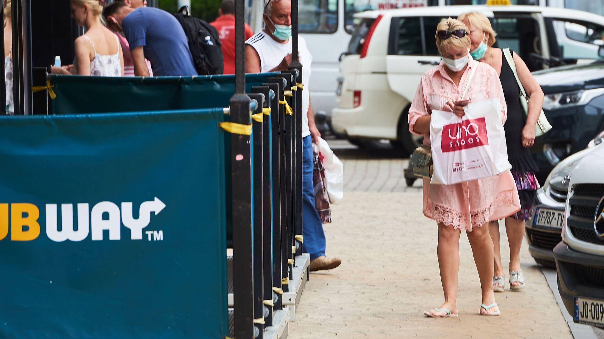 Эпидемия коронавируса - прохожие на улице в масках - Sputnik Грузия, 1920, 12.09.2021