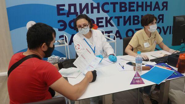 Центр вакцинации от COVID-19 в Лужниках - Sputnik Грузия