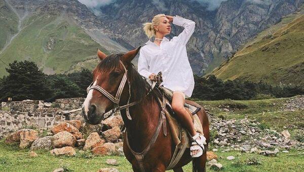 Известная молодежная певица Клава Кока на отдыхе в Казбеги - Sputnik Грузия